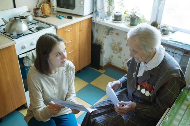 Надежда читает для Марии Рябцовой письмо от Путина.