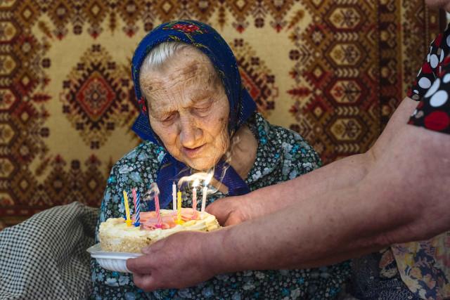 Родные несут для Марии Евстафьевой торт. Ей сегодня исполнилось 100 лет.
